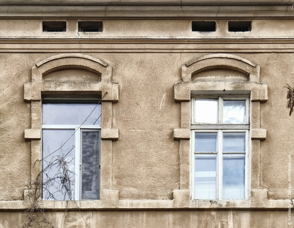 Вікна третього поверху основної фасадної площини