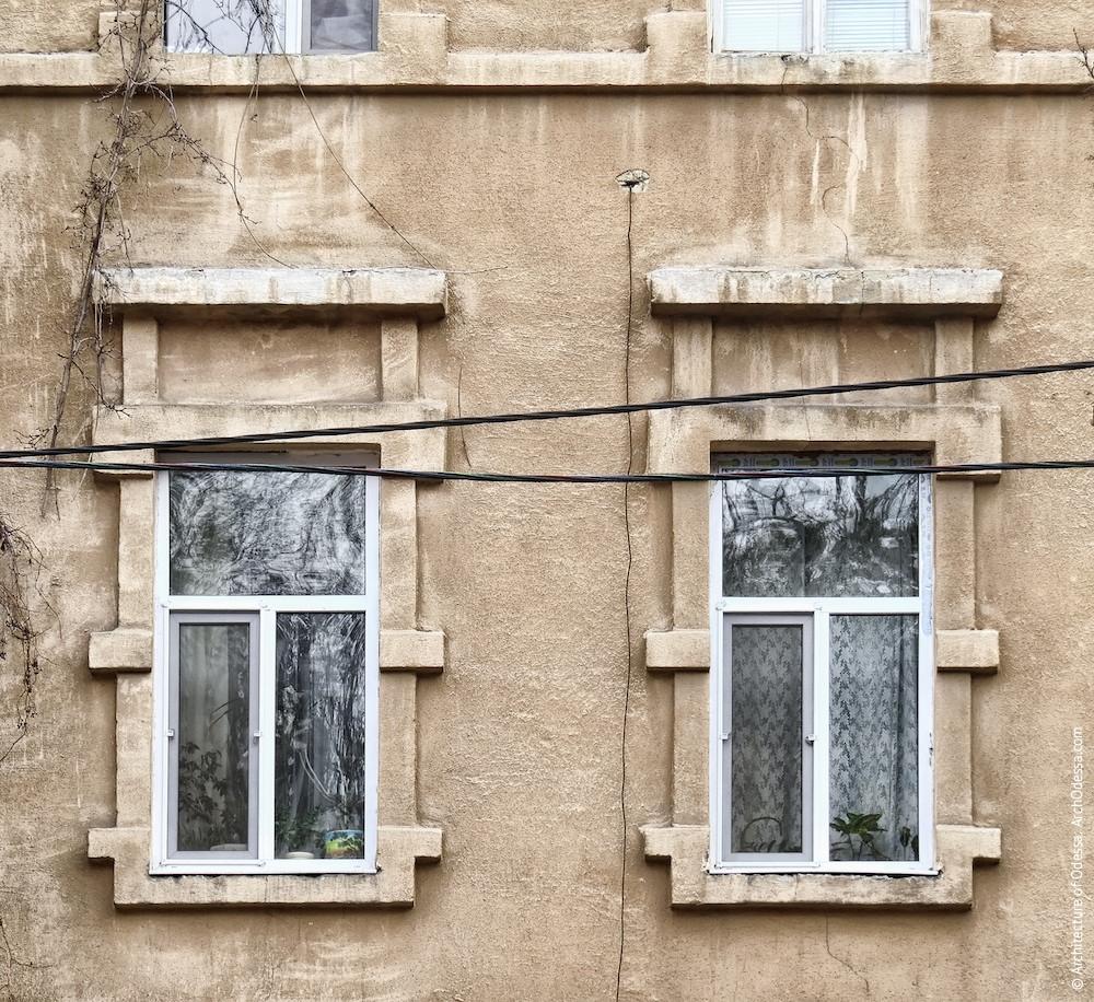 Вікна другого поверху основної фасадної площини