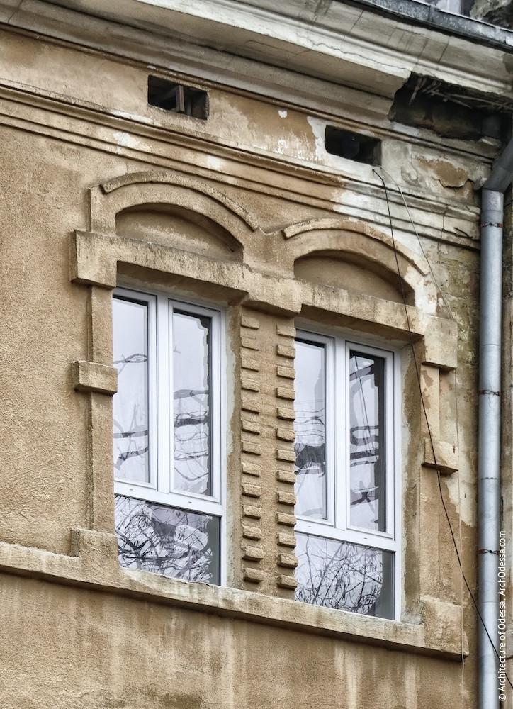 Здвоєні вікна третього поверху
