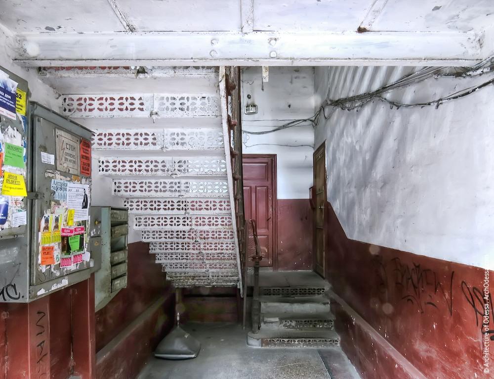 Вигляд сходів з боку входу
