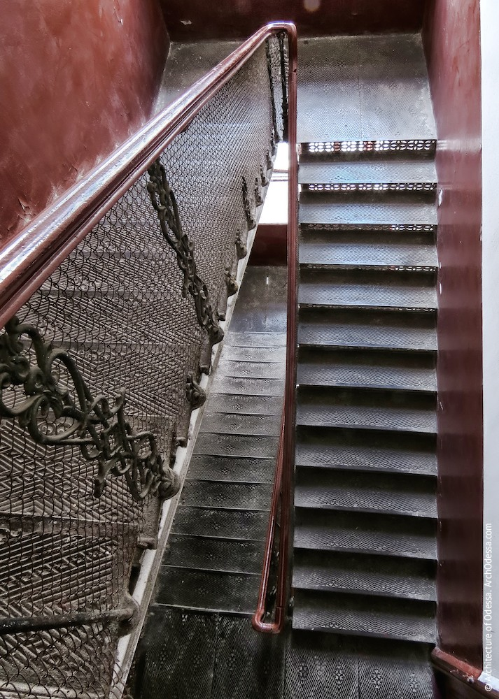 Вигляд сходової клітки з верхнього майданчика