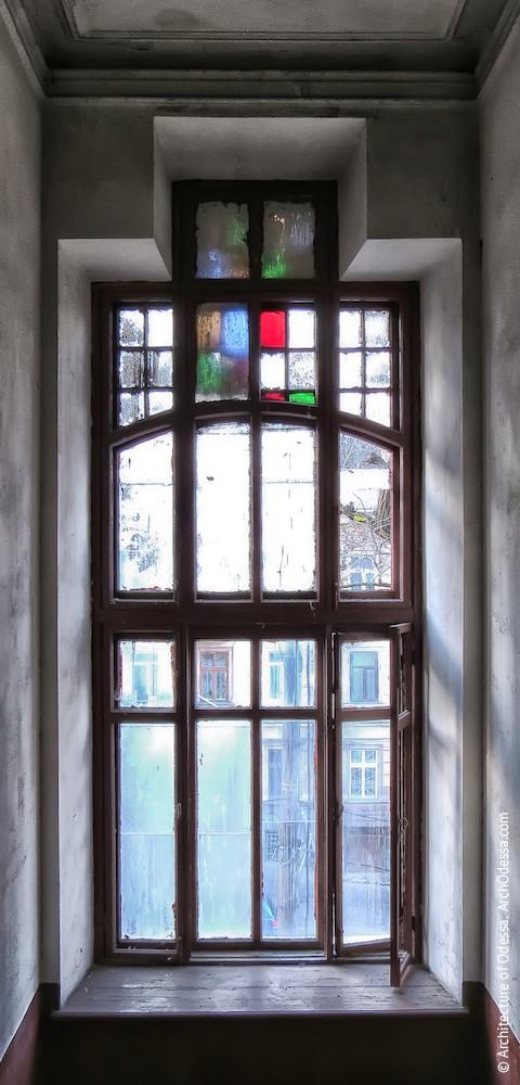 Верхнє світлове вікно, вигляд з під'їзду