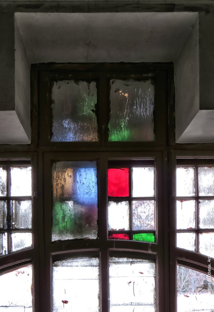 Верхнє світлове вікно, залишки вітража, вигляд з під'їзду