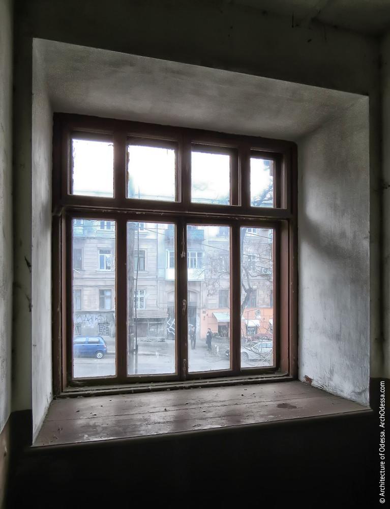 Нижнє світлове вікно, вигляд з під'їзду