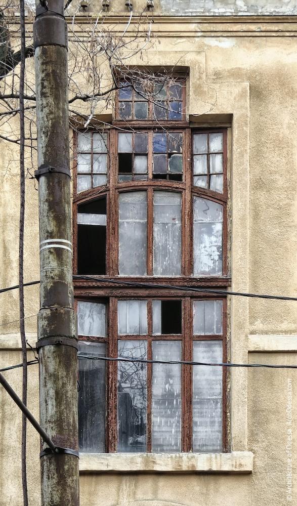 Верхнє світлове вікно, вигляд з вулиці