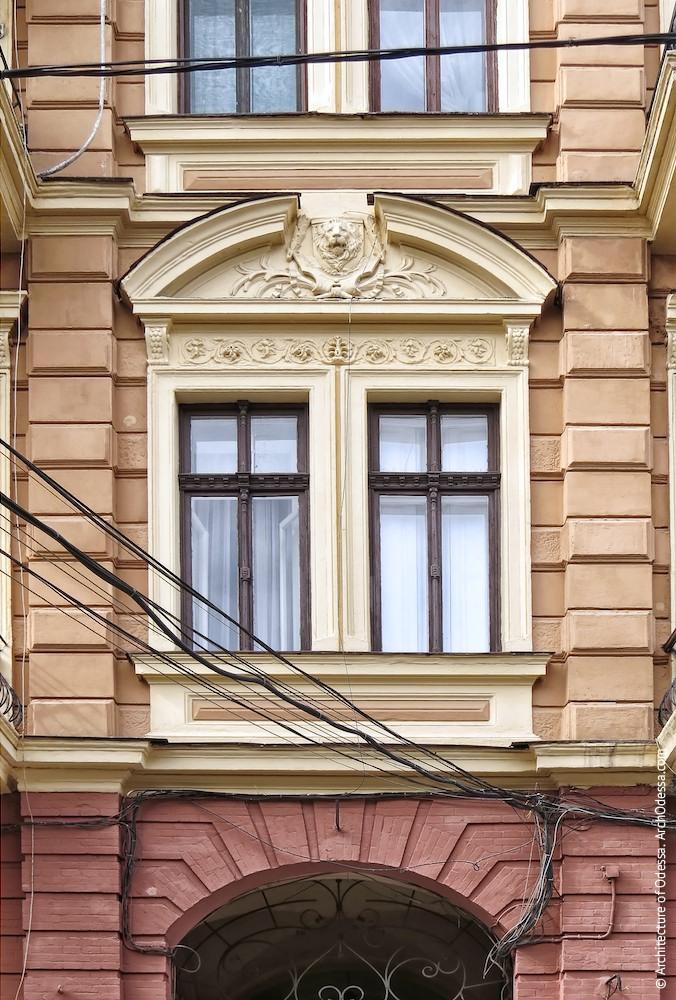 Сдвоенные окна центральной оси центрального ризалита и разорванный сандрик над ними (львиный маскарон не аутентичен, вероятно, ранее здесь располагался герб Рафаловичей)