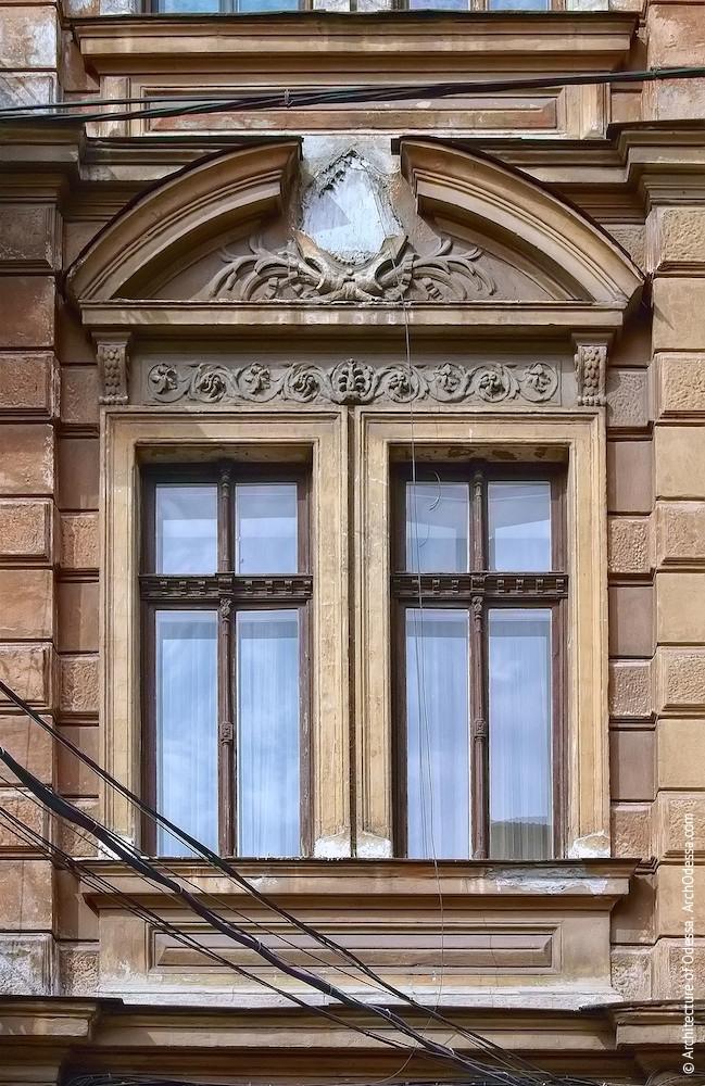 Сдвоенные окна центральной оси центрального ризалита и разорванный сандрик над ними до реставрации