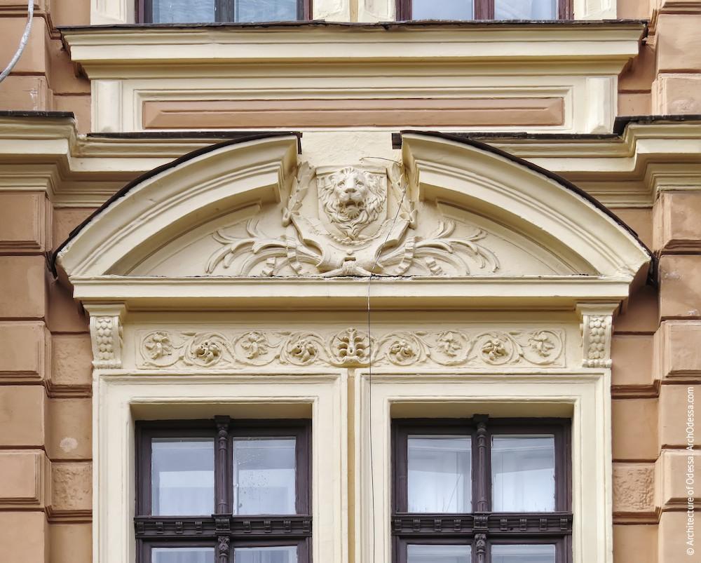 Сандрик над окнами центральной оси