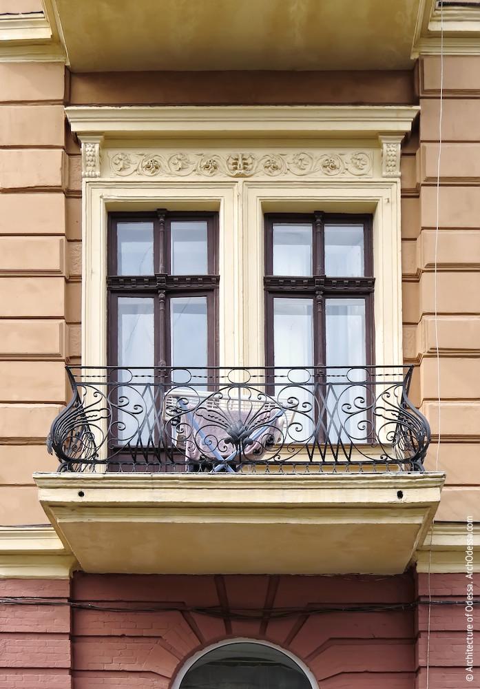 Сдвоенные окна одной из крайних осей центрального ризалита и прямой сандрик над ними