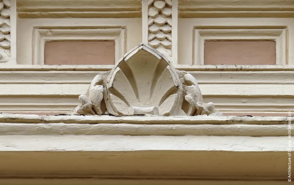 Рокайльная деталь, украшающая центральный сандрик