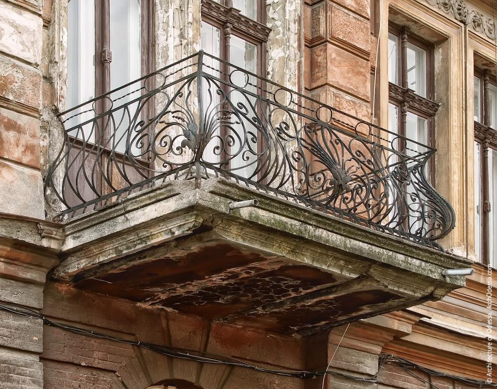 Общий вид одного из балконов до реставрации