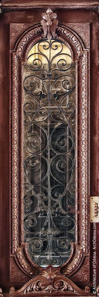 Общий вид остекленного проема одной из створок с решеткой