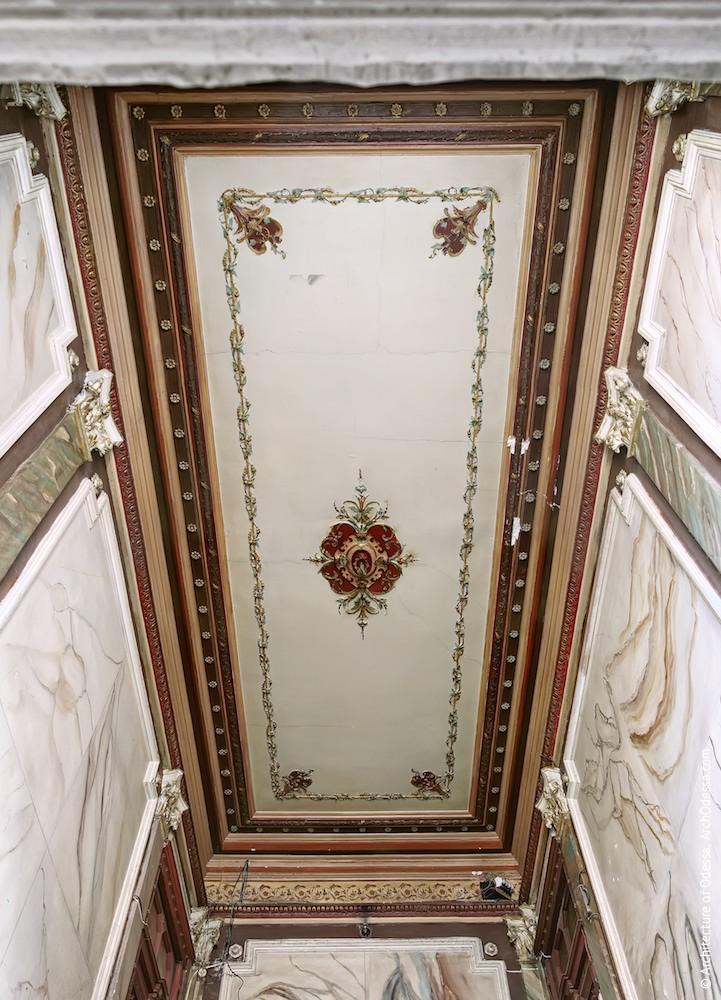 Общий вид потолка над лестничной клеткой