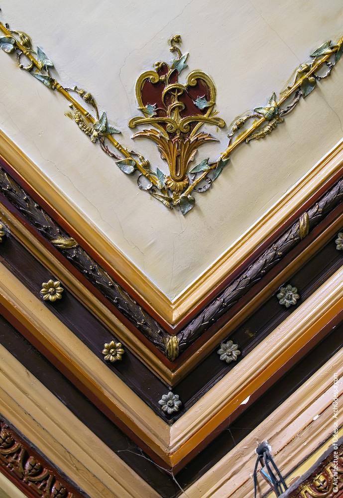 Угловая лепная деталь потолка