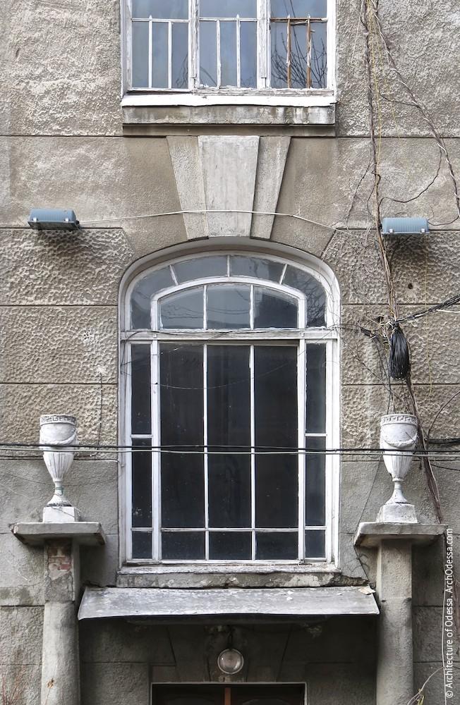 Световое окно площадки между первым и вторым этажами