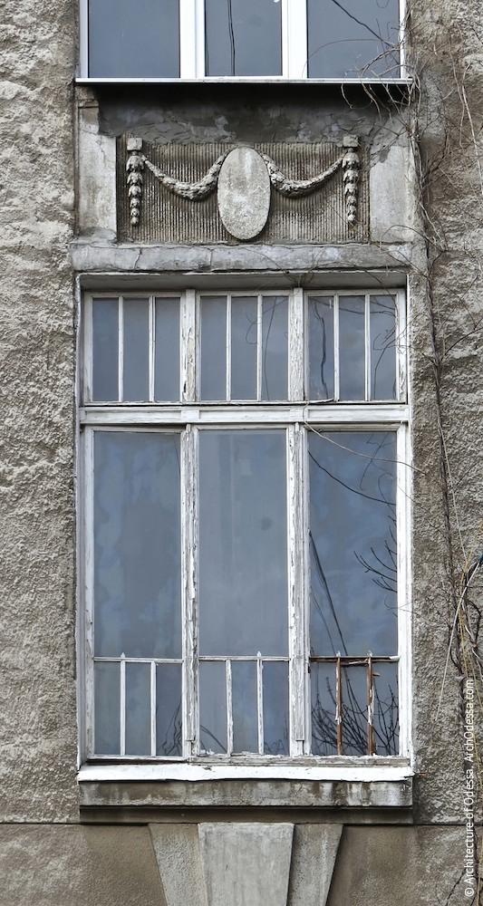 Световое окно подъезда между вторым и третьим этажами