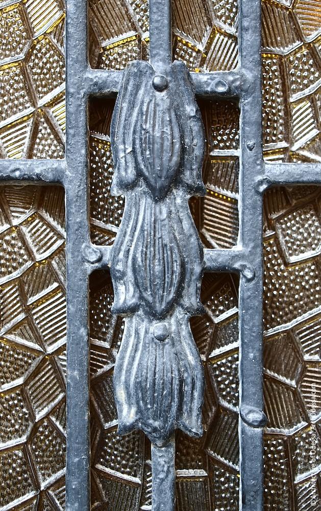 Деталь решетки остекленного проема в створке