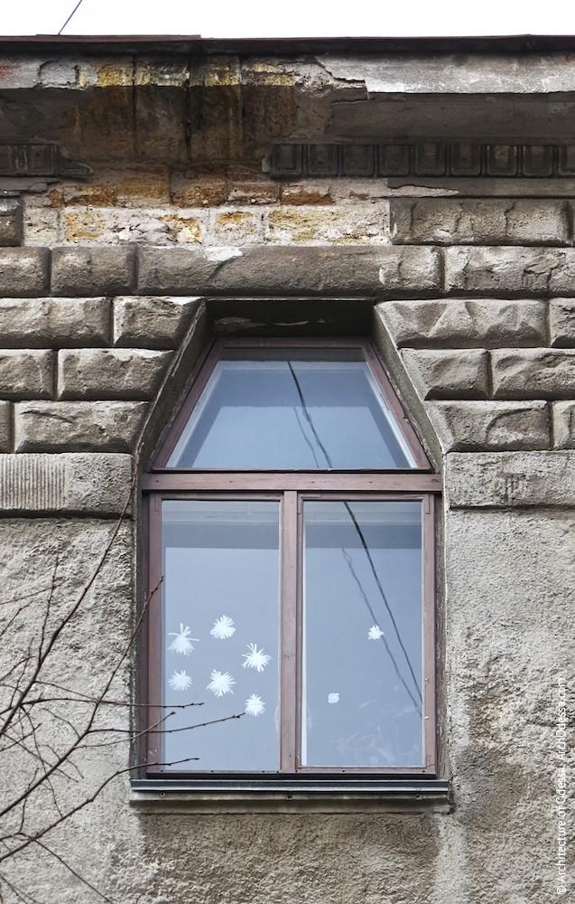 Окно четвертого этажа и отделка рустом