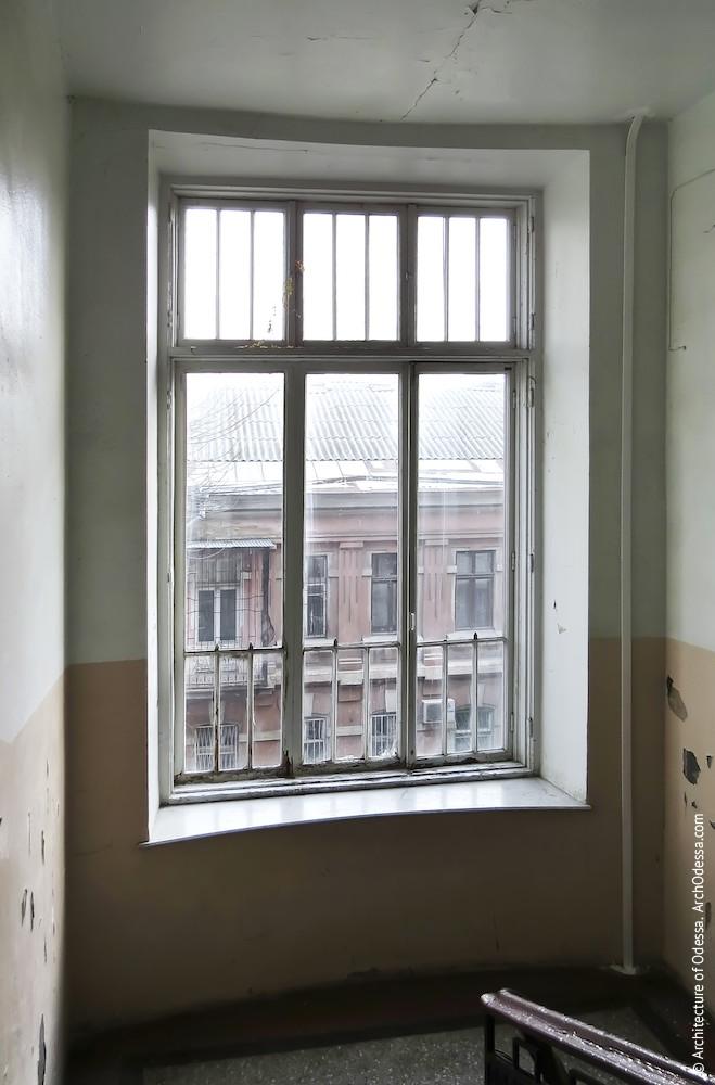 Световое окно между вторым и третьим этажами