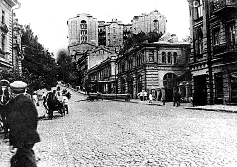Вид на северное крыло здания с перекрестка улиц Институтской и Крещатика