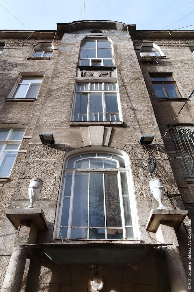 Световые окна подъезда, вид снизу вверх