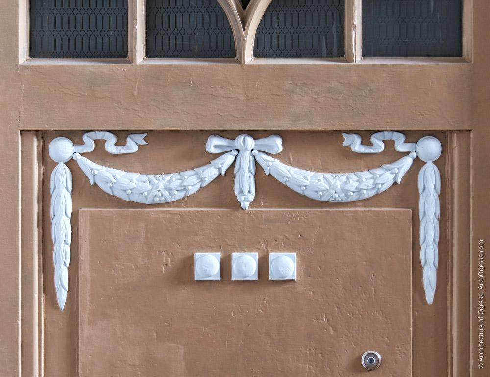Квартирная дверь, резной венок