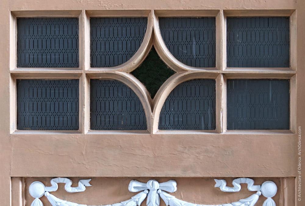Квартирная дверь, остекленный проем в створке
