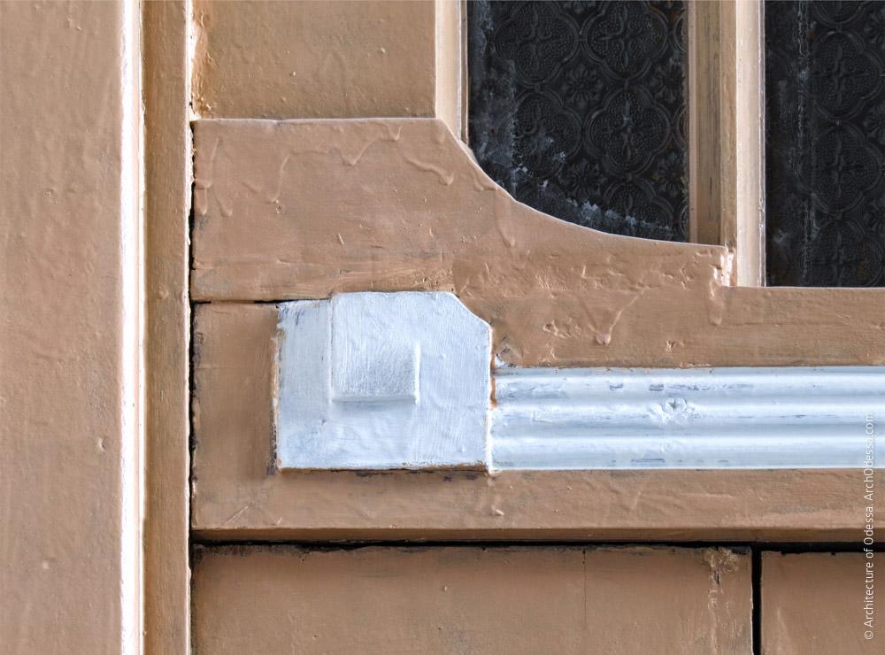 Квартирная дверь, деталь фрамуги