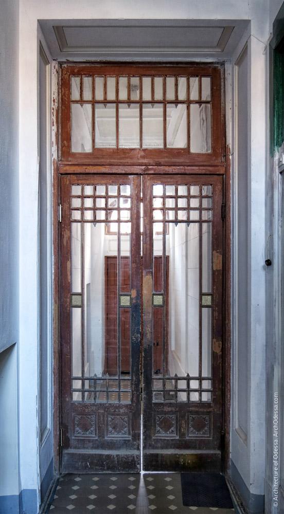Дверь между вестибюлями