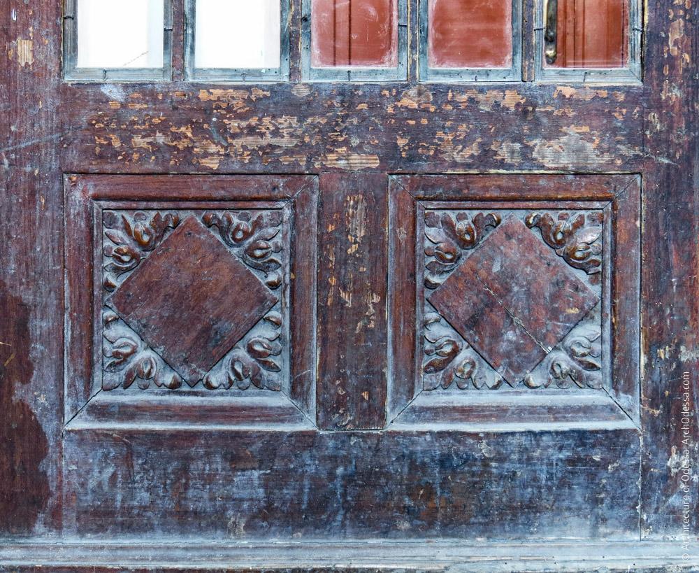 Дверь между вестибюлями, резные детали нижней части створки