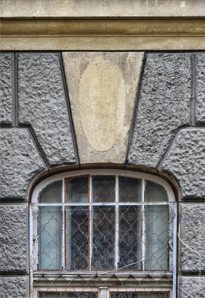 Один из замковых камней