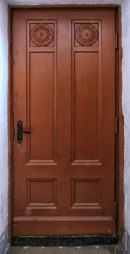 Дверь, ведущая в арку