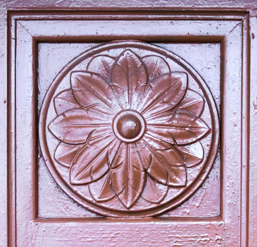 Дверь, ведущая в арку, деталь
