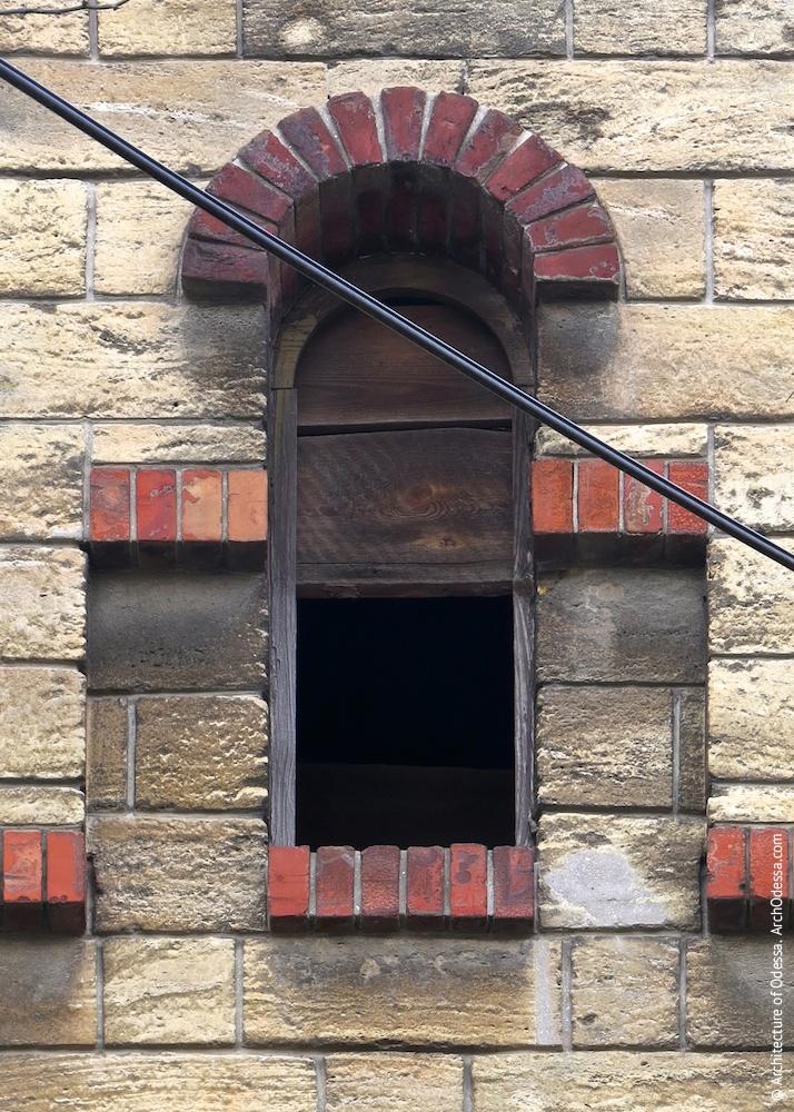Вікно в щипці центрального ризаліту