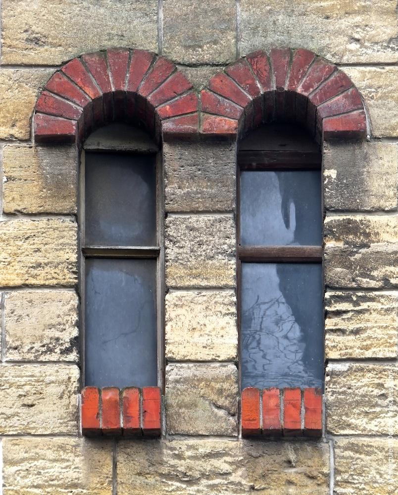 Здвоєне вікно в щипці одного з крайніх ризалітів
