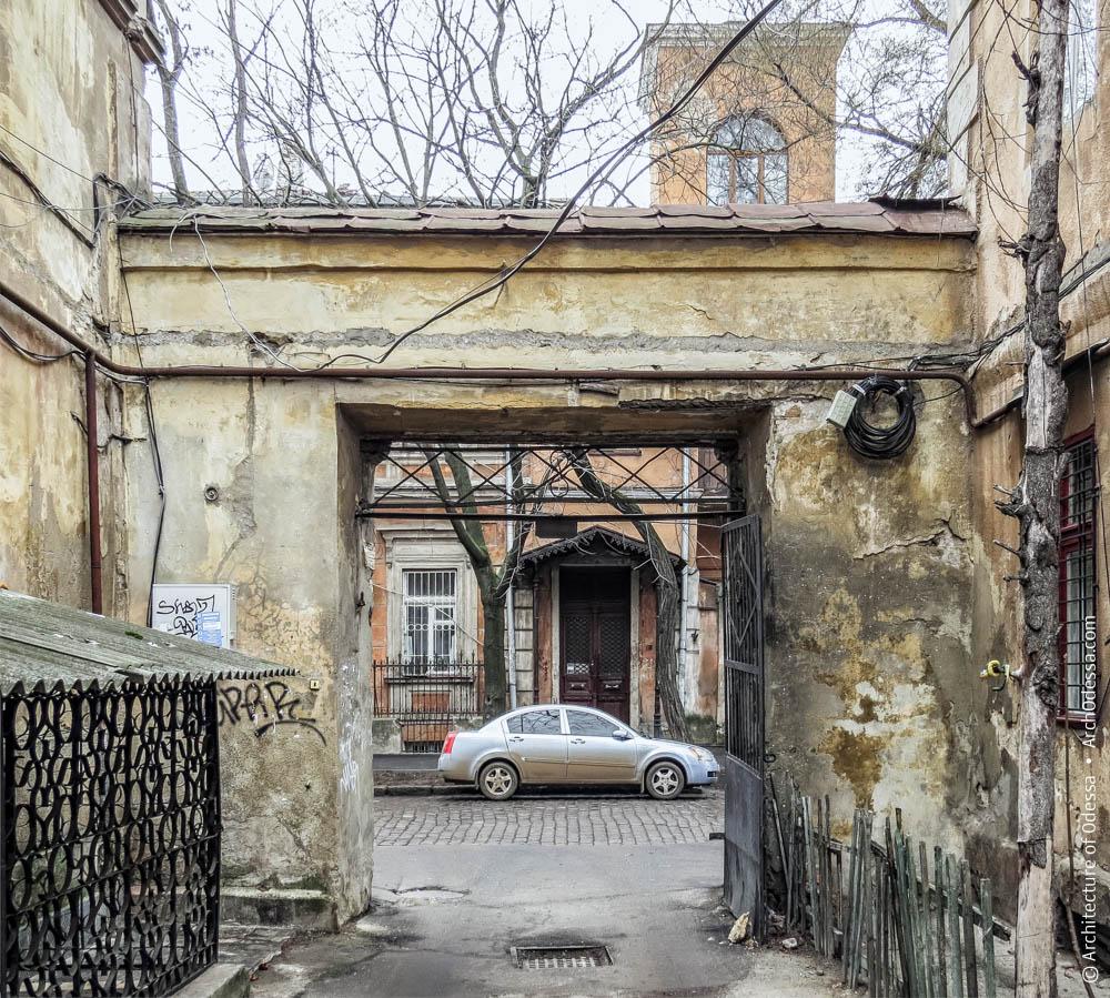 Правосторонний портал, вид со стороны проезда во двор