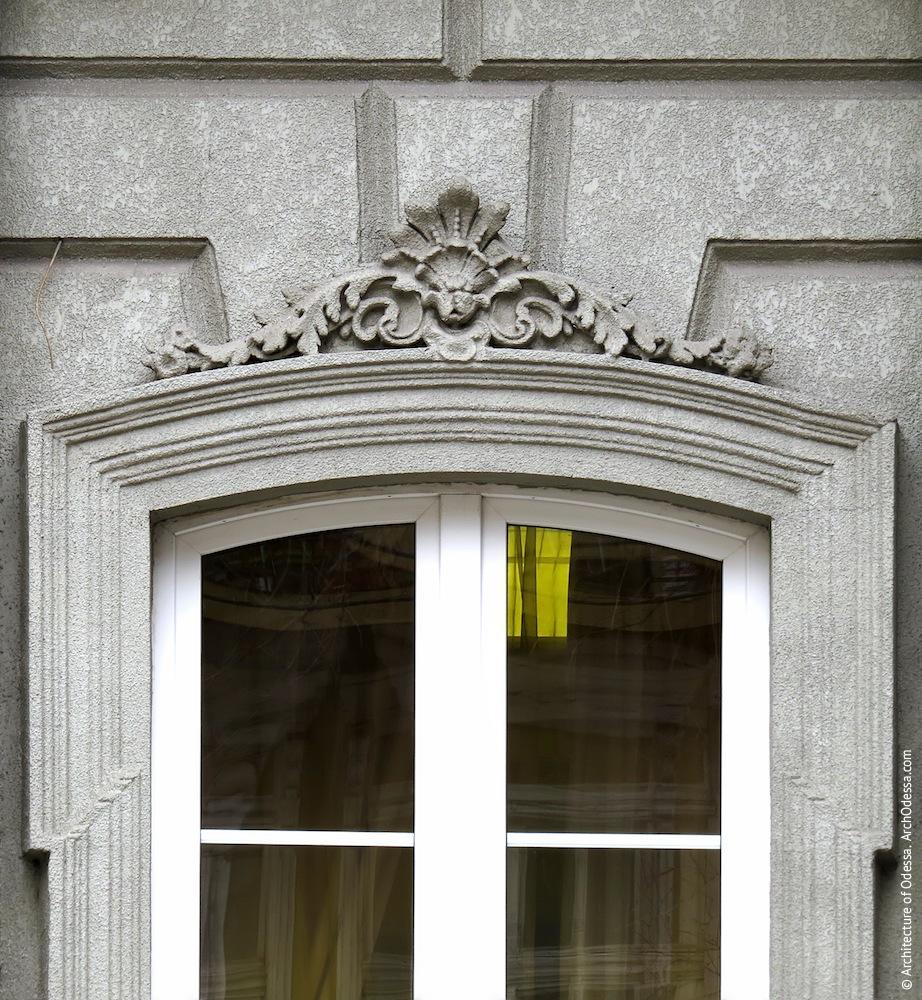 Жуковского, 32. Усадьба Параскева. Вид верхней части оконного наличника