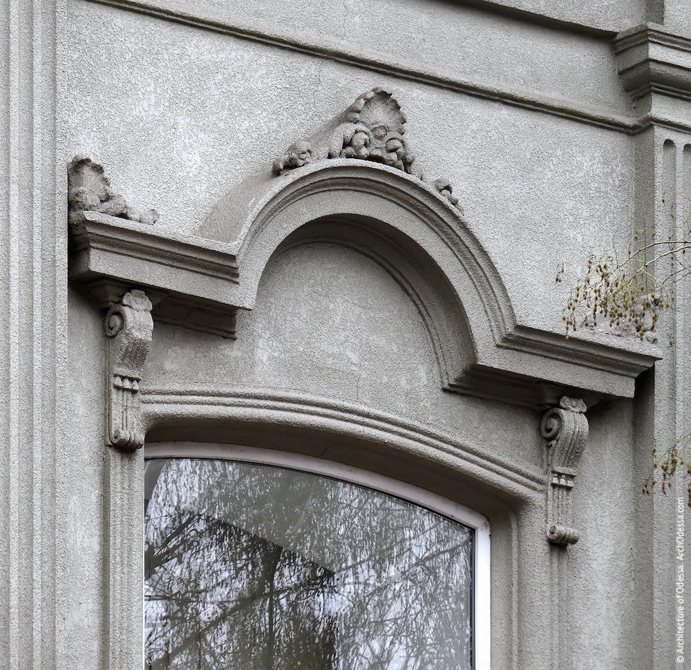 Сандрик вікна центральної вісі, загальний вигляд (правобічний флігель)
