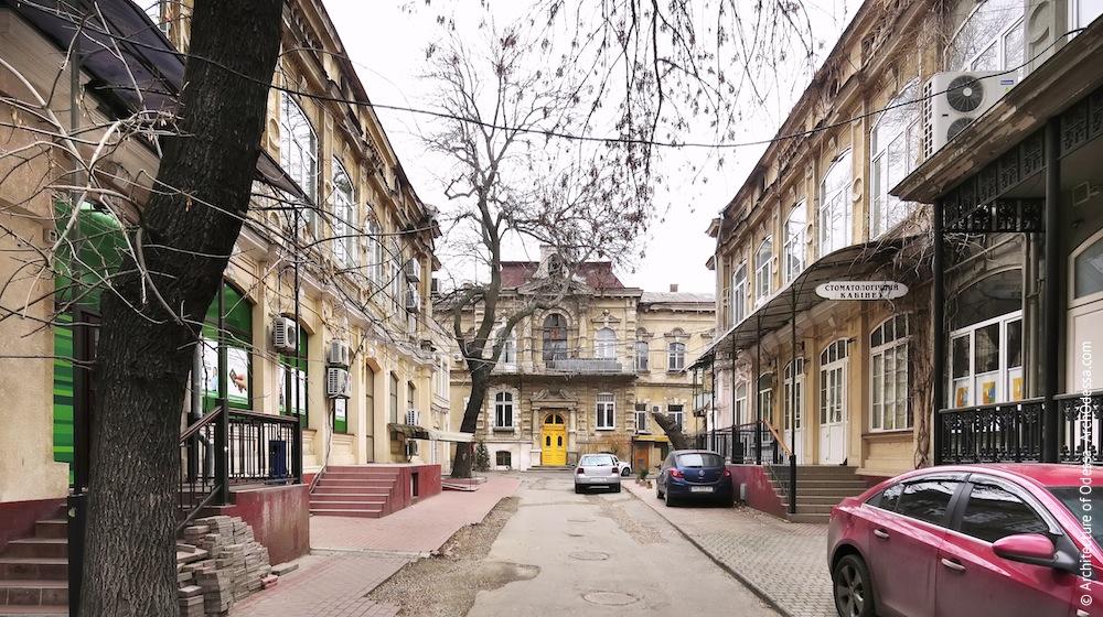 Перспектива двора усадьбы с видом на главное здание