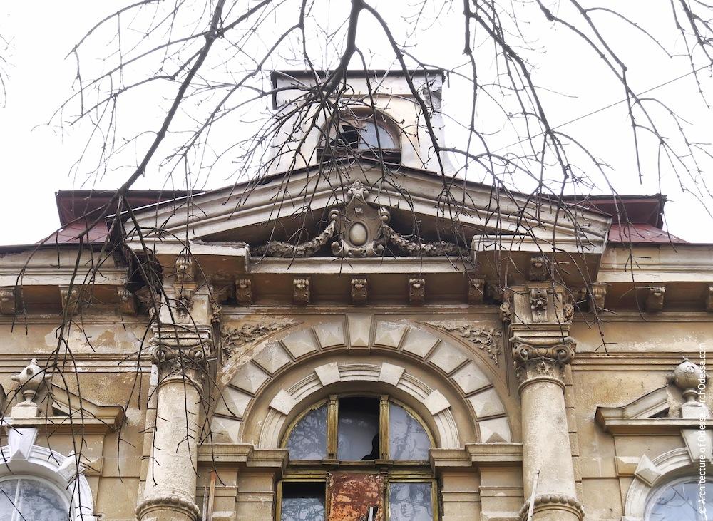Фронтон над центральным окном второго этажа