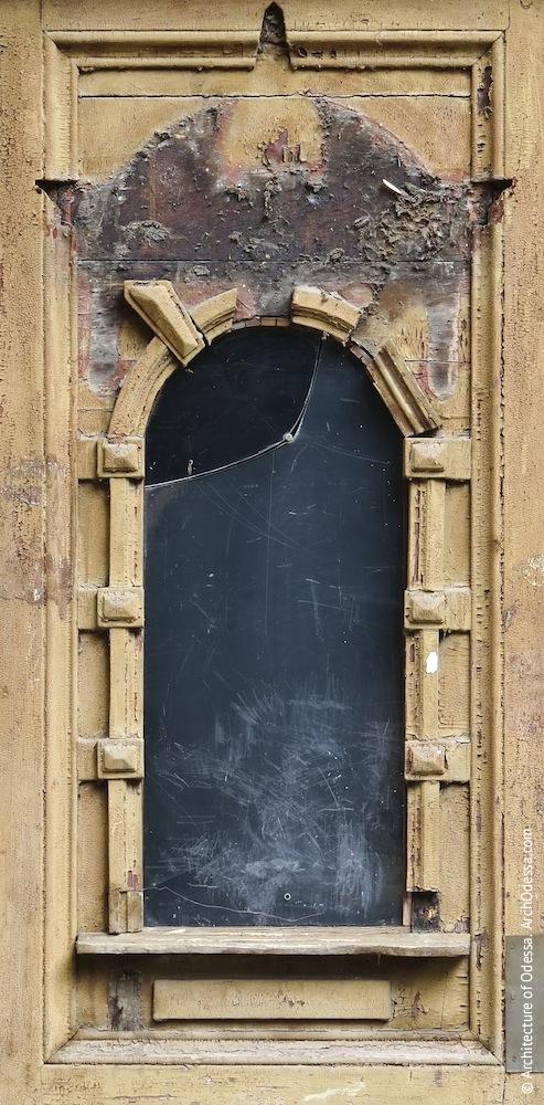 Проем в створке двери до реставрации