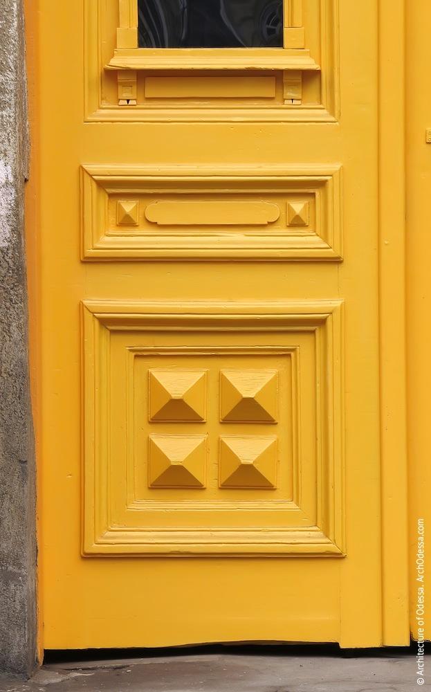 Нижняя часть створки двери после реставрации