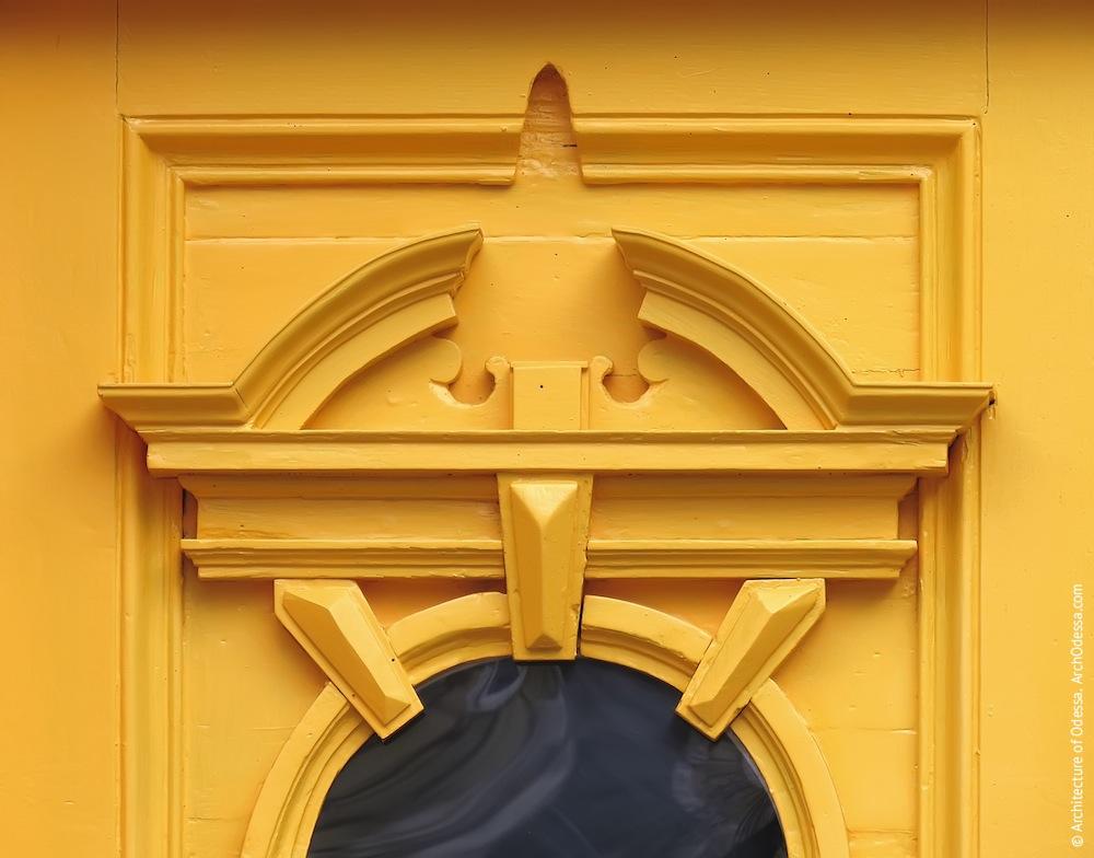 Воссозданный резной сандрик над проемом в створке двери после реставрации
