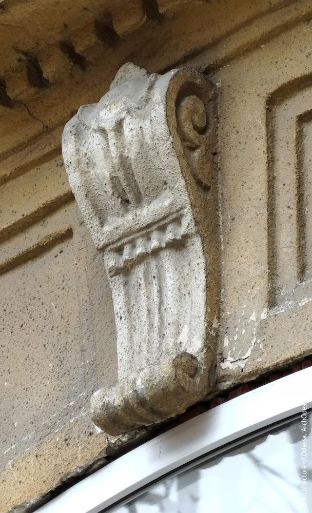 Жуковского, 32. Усадьба Параскева. Замковый камень второго этажа