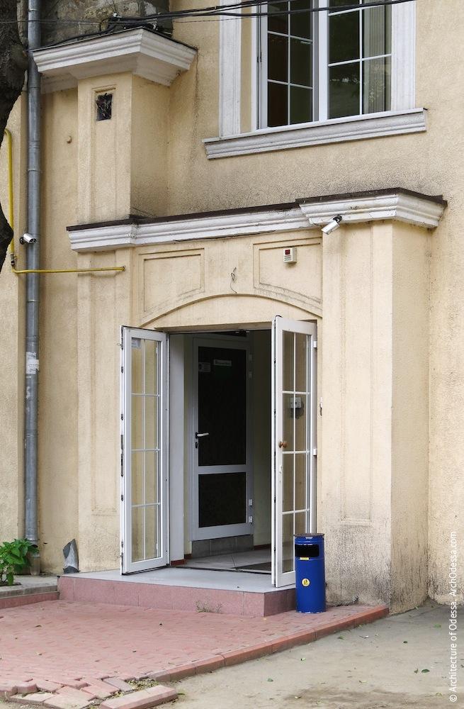 Сохранившийся портал одного из входов в левосторонний флигель в глубине двора