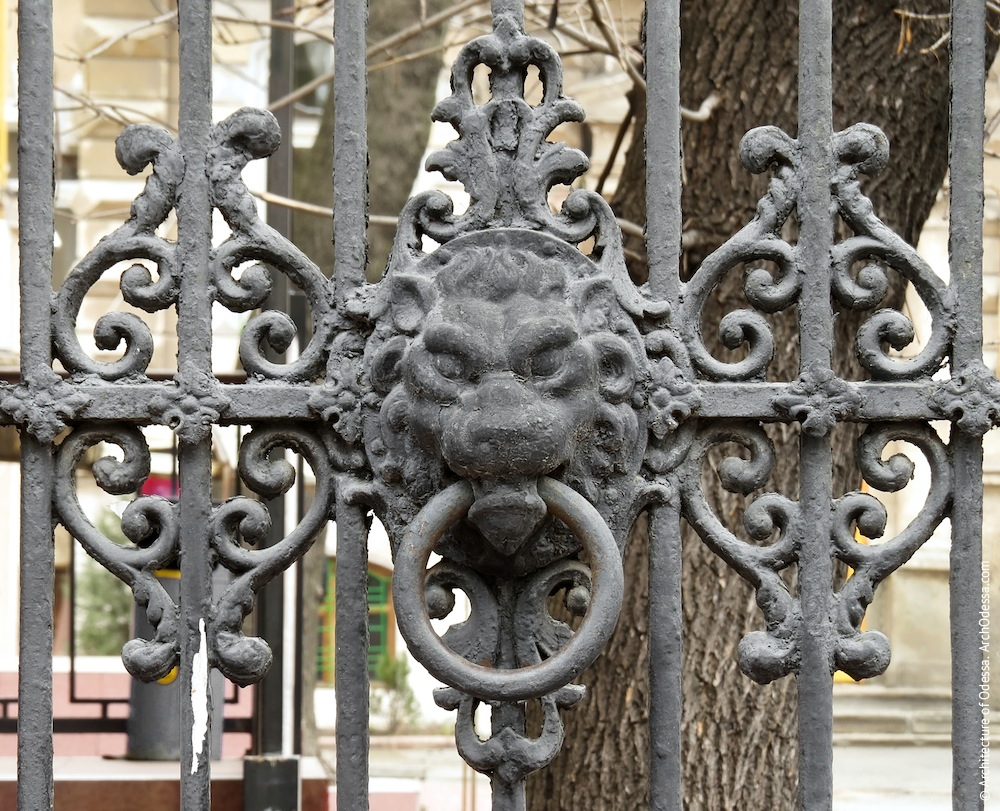 Элемент декора с львиным маскароном