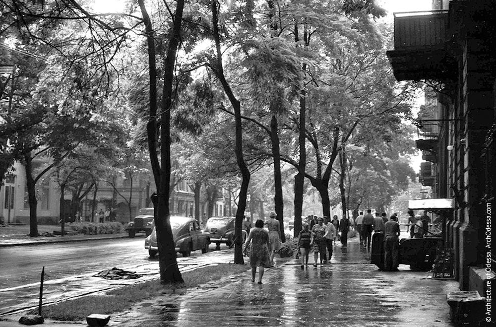 Жуковского, 32. Усадьба Параскева. Вид на улицу Жуковского со стороны ограды усадьбы, конец 1960