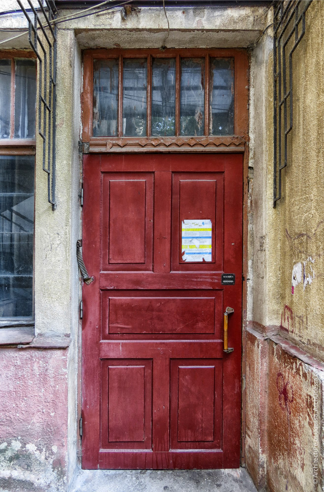 Дверь одного из подъездов