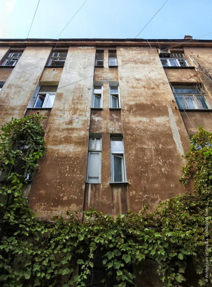 Фрагмент одного из дворовых фасадов, вид снизу вверх